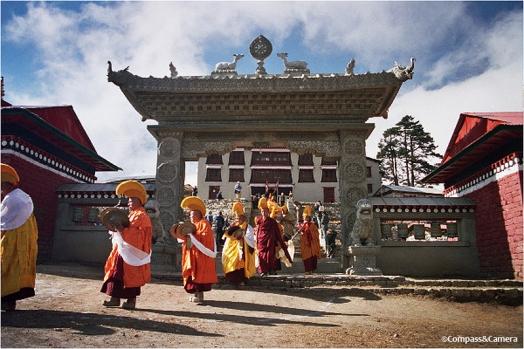 Many monks of Mani Rimdu