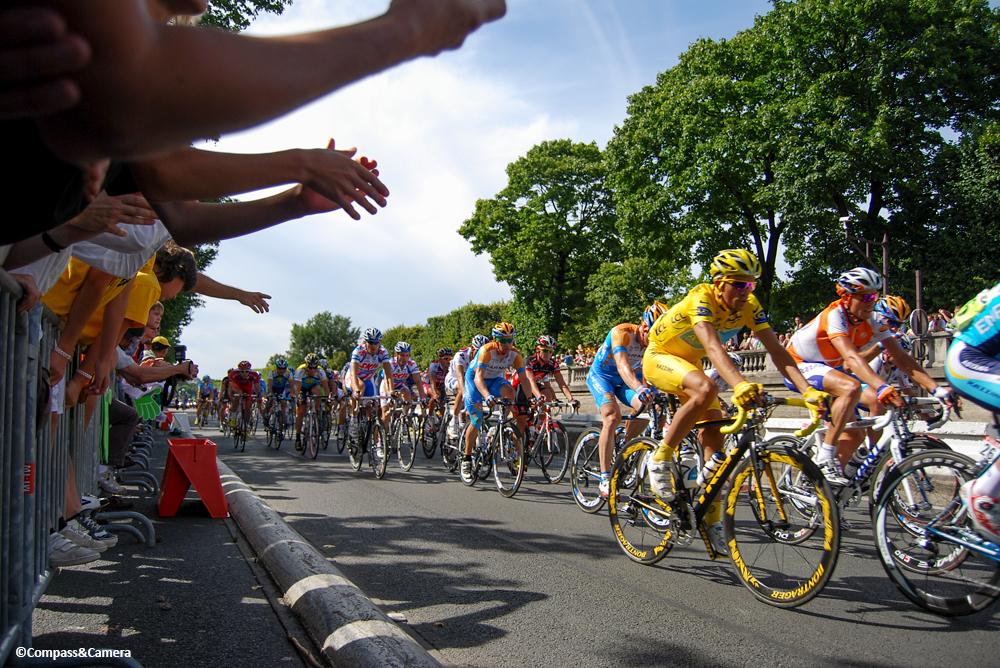 Alberto Contador wears the yellow jersey in Paris, 2009